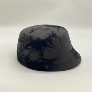 Zwart hoedje met vilt bewerkt